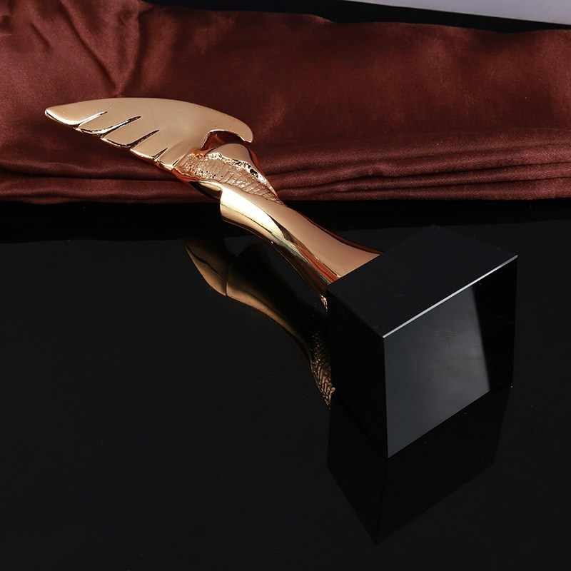 ¡Novedad de 2020! Trofeo águila dorado, adornos creativos artesanales de resina, adornos de regalo de escritorio con personalidad, trofeo de actividades