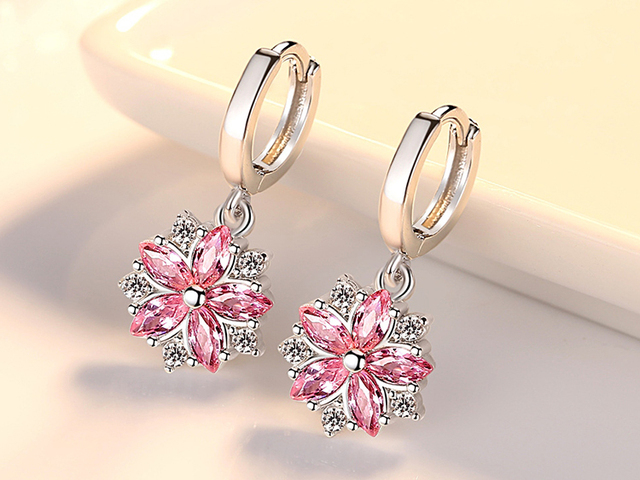 Модные серебряные серьги кольца с фианитами цветочные лепестки