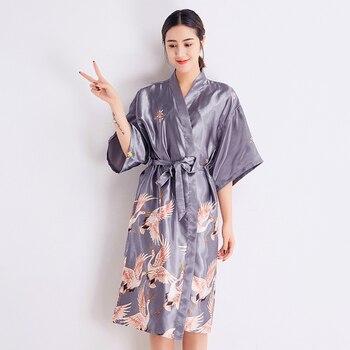 c5670107c Gris satén largo bata mujeres boda novia dama de honor bata camisón ropa de  dormir imprimir Crane Kimono tamaño S