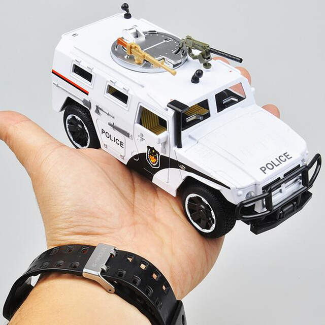 1:35 Alloy car model Jeep armored High Mobility policeman car best gift for kids