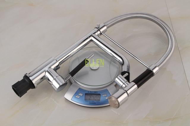 Moderní kuchyňská baterie ve stříbrném provedení s LED osvětlením