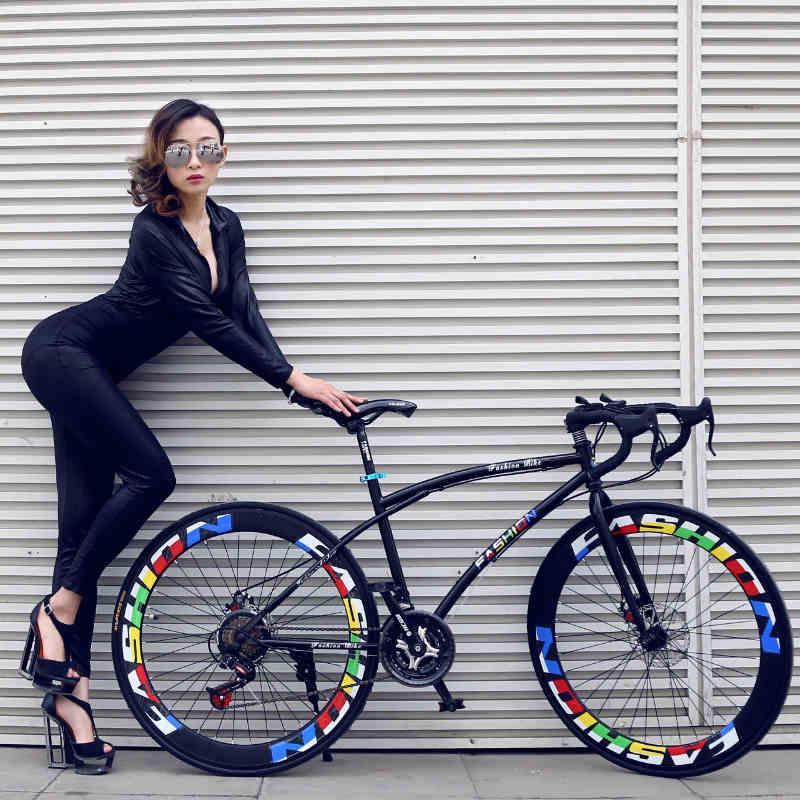 Velocidad Variable de bicicletas voladoras muertas con hombres y mujeres estudia