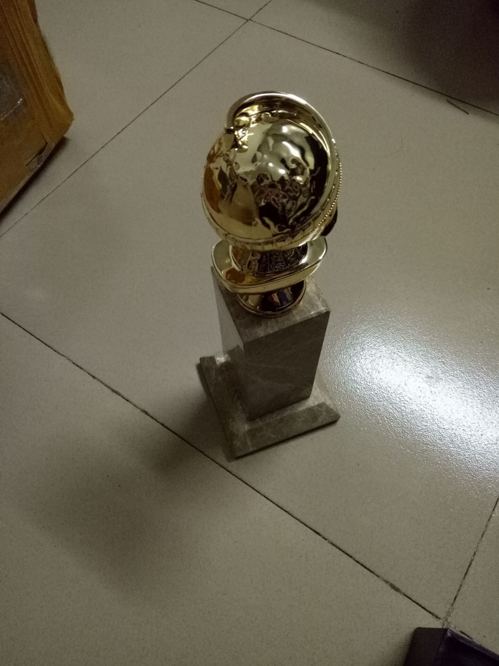 Top quality base and globe Zinc Alloy Golden Globe Awards Replica Golden Globe Trophy 10 Inches Free Shipping real size trophy