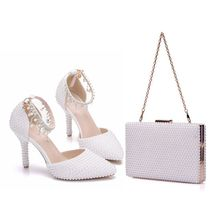 クリスタル女王尖ったつま先ホワイトパールチェーンウェディング靴薄いかかとパーティーサンダルでマッチング袋で財布ドレスシューズ