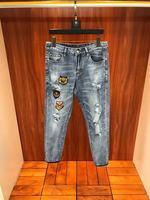 Модные Для мужчин джинсы 2019 взлетно посадочной полосы роскошь известный бренд Европейский дизайн вечерние стиль Мужская одежда WD03423
