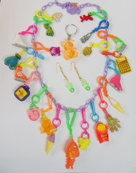 VINTAGE Plastic Charms T Necklace 21 Charm 80cm Retro Fashion Jewellery Chain Chip Birthday Party Favor Gift Novelty Prize