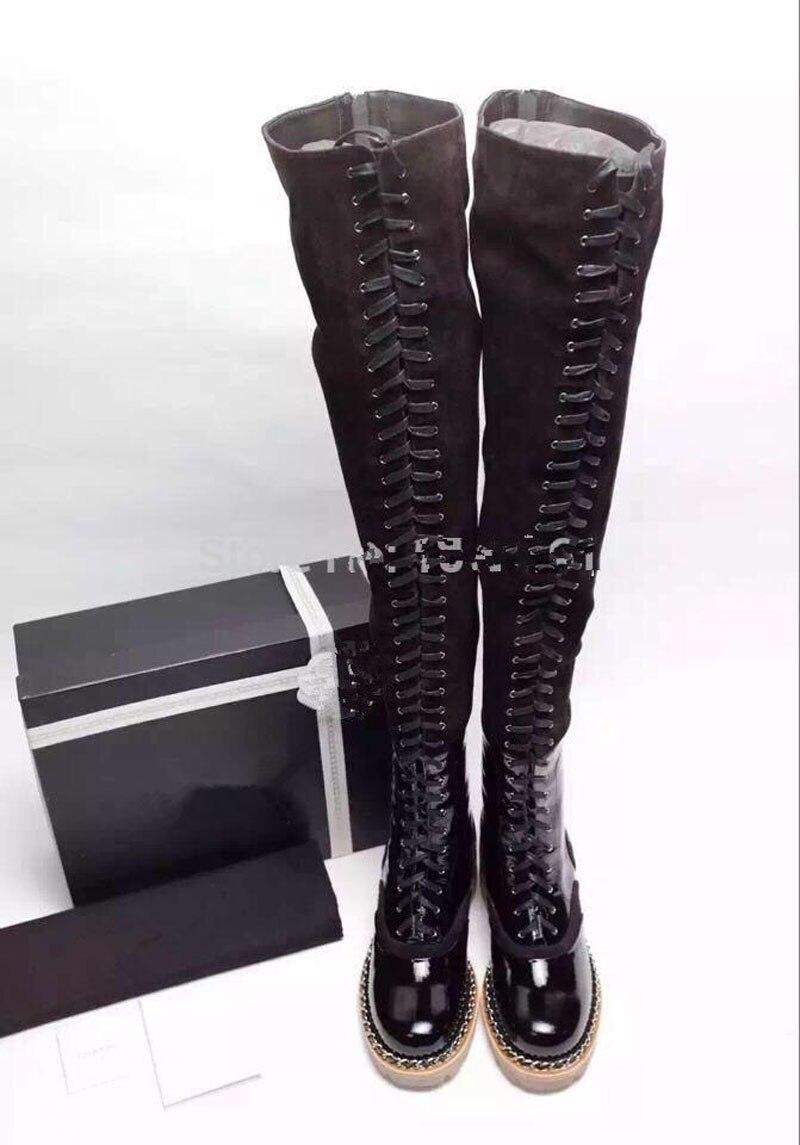 Prova Perfetto moda stivali sopra il ginocchio delle donne catena di metallo croce legato tacco basso martin stivali in pelle scamosciata di cuoio della rappezzatura del lungo stivali-in Stivali sopra il ginocchio da Scarpe su  Gruppo 3
