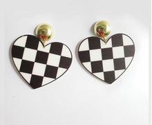 2018 New Fashion Acrylic Jewelry Black White Grid Heart Drop Earrings For Women Free Shipping  Punk Night Club Dangle Earrings