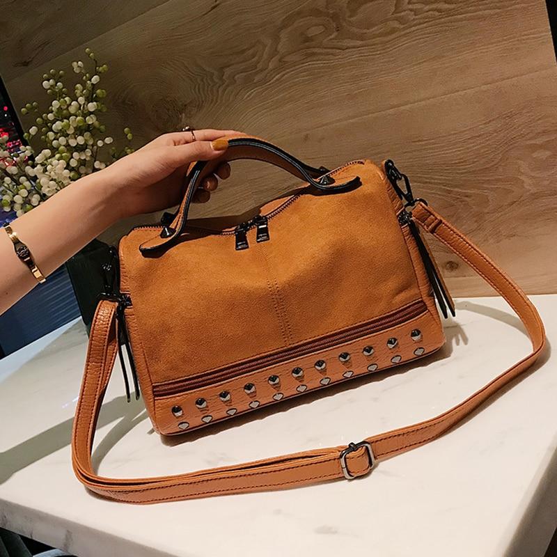 3fb1ccd661f Sitúa el cursor encima para hacer zoom. Remache bolso bowling bolso mujer  bolso de cuero mate de lujo de la moda ...