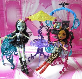 цена NEW Arrival Monster Plastic Travel Accessories Table/Chair/Bench/Umbrella Furniture Set Toys For Monster High Doll Lowest Price онлайн в 2017 году
