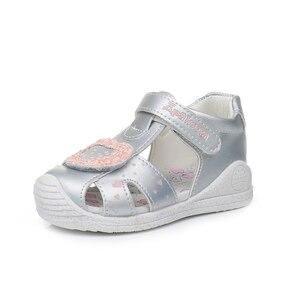 Image 3 - Apakowa sandales à bout fermé pour petites filles, chaussures dété à crochet et boucle, chaussures de plage, pour la fête, voyage, avec Support en arc