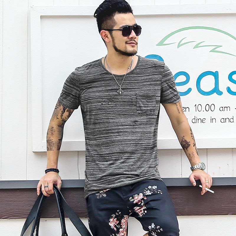 男性の混合色暗赤色小さなポケットデザイン Elasticed O ネック半袖 Tシャツ男性のヨーロッパスタイルスリムコットントップティーズ