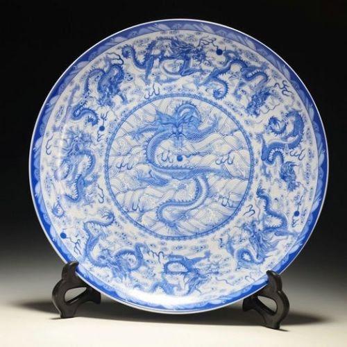 Vynikající čínský modrý a bílý porcelánový talíř Ručně malovaný 9 draků