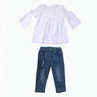 Новая детская одежда для девочек комплект с открытыми плечами Кружево белая футболка Топы Корректирующие + джинсовые штаны Джинсы для женщ...