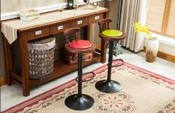 Американский барный стул. Стопы стула. Спереди стол и стул. Кофе стул