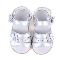 Niñas sandalia punta abierta de cuero suave con flores de plata para christenning retail verano de las señoras zapatos de boda formal