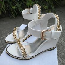 c82989c2 Lujosa cadena metálica de oro una hebilla sandalias de mujer Peep Toe  correa trasera cuñas tacones zapatos gota envío marca dise.