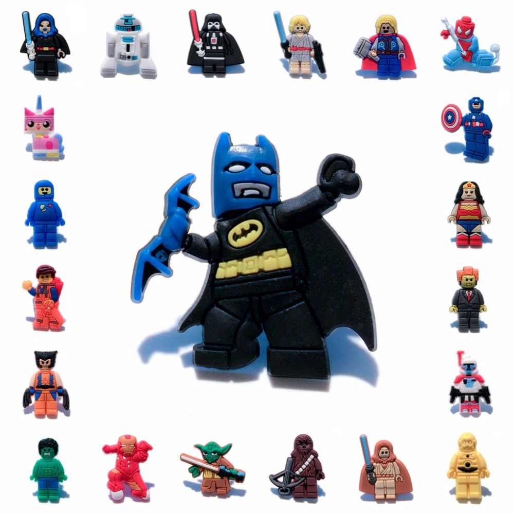 1pcs Super Hero Batman Superman Hulk Thor PVC Anime Spilla Spilli Distintivo Del Fumetto Icona Distintivi e Simboli Vestiti Zaino Hat Decor complementi Arredo Casa