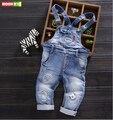 O envio gratuito de 2017 primavera outono crianças denim bib, meninos de algodão do bebê macacão jeans, crianças Personalidade buraco macacão