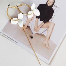 LWONG elegancki malowany kwiat biały asymetryczne kolczyki dla kobiet złoty kolor małe obręcze kolczyki długi łańcuch Bar wiszące kolczyki tanie tanio Peri sBox Ze stopu cynku Hoop kolczyki Roślin Moda Kobiety Śliczne Romantyczny E0094 Metal Stop cynkowy Brak Gold Color