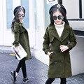 Tendencia otoño abrigos niñas niños ropa de abrigo largo abrigo de bebé big girls escudo caqui ejército verde bolsillos 2017 nuevas muchachas tops