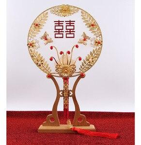 Image 4 - JaneVini tradycyjny chiński ślub bukiet ślubny wentylator złota czerwone kwiaty zroszony starożytny Bride ręka uchwyt fanów na pokrycie twarzy
