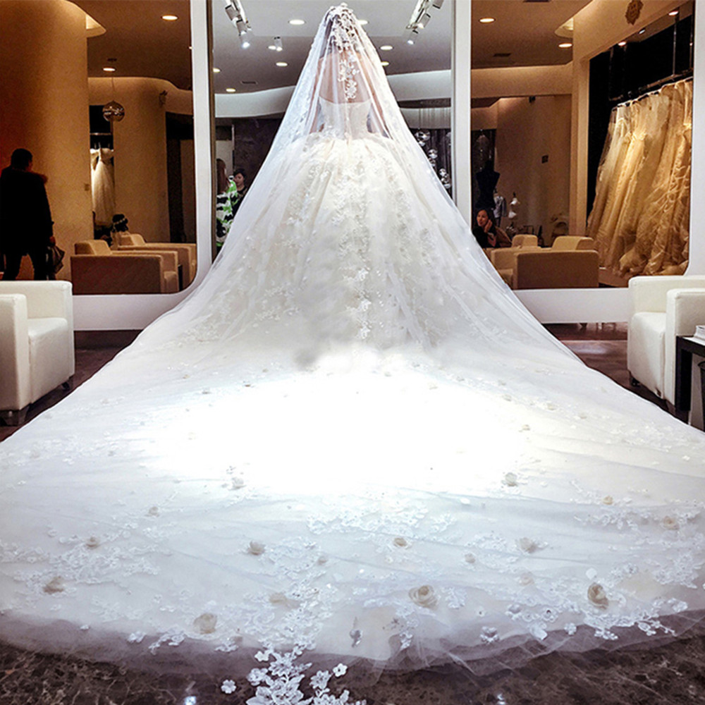 Long train 1 5 meters luxury lace appliqued ball gown for Ball gown wedding dresses with long trains