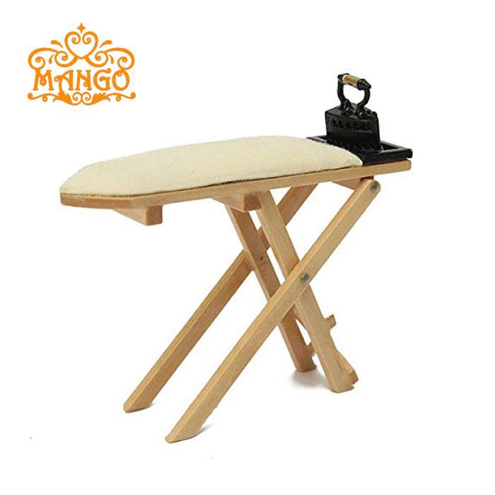 Gratis verzending 1:12 poppenhuis miniatuur meubels kinderen baby cadeau speelgoed naaister houten strijkstandaard en metalen ijzer