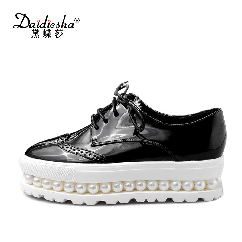Women Brogue Shoes Patent Leather Flats Thick Platform with Beading Pearls Lady Derby Shoes 2017 Spring Round Toe Flat Shoes qmn women crystal embellished natural suede brogue shoes women square toe platform oxfords shoes woman genuine leather flats