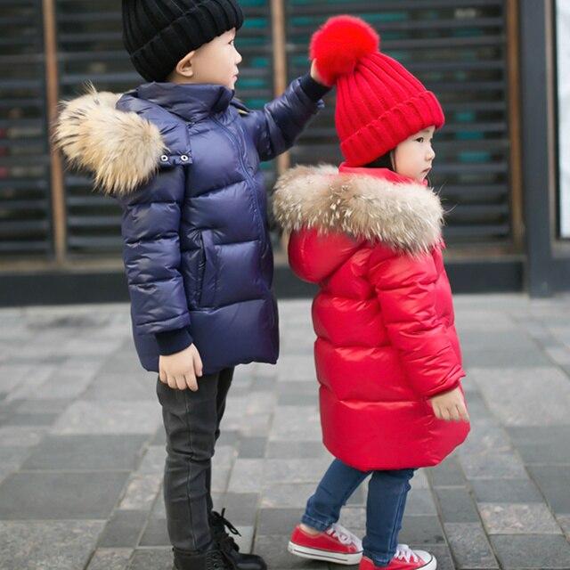 90% утка вниз Мальчики девочки реального ракун меховым воротником стеганые утка очень легкая пуховая куртка верхняя одежда детей зимой теплый снег пальто 591