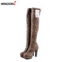 Модные леопардовые зимние сапоги Для женщин выше колена замшевые растягивающиеся пикантные ботинки на высокой платформе женская обувь, бо...