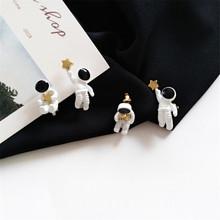 Asymetryczne pentagram zakontraktowane kolczyki moda damska kolczyki przestrzeń astronautów małe kolczyki sztyfty moda kobieta kolczyki tanie tanio Stadniny kolczyki TRENDY EAR1181 Ze stopu cynku Metal Push-powrotem Kobiety Rysunek XEDZ