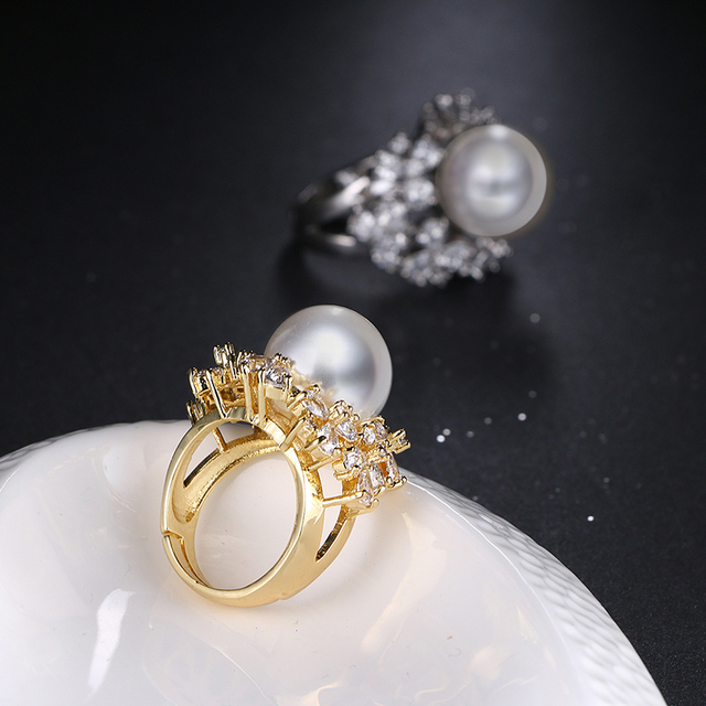 Купить женское кольцо с большим жемчугом белое/золотистое фианитом