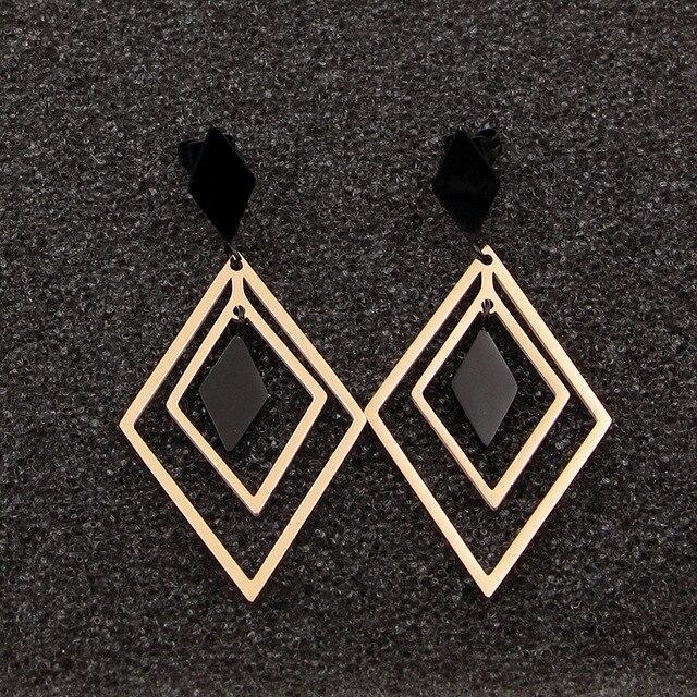 Модные ювелирные аксессуары черные и розовые золотые серьги