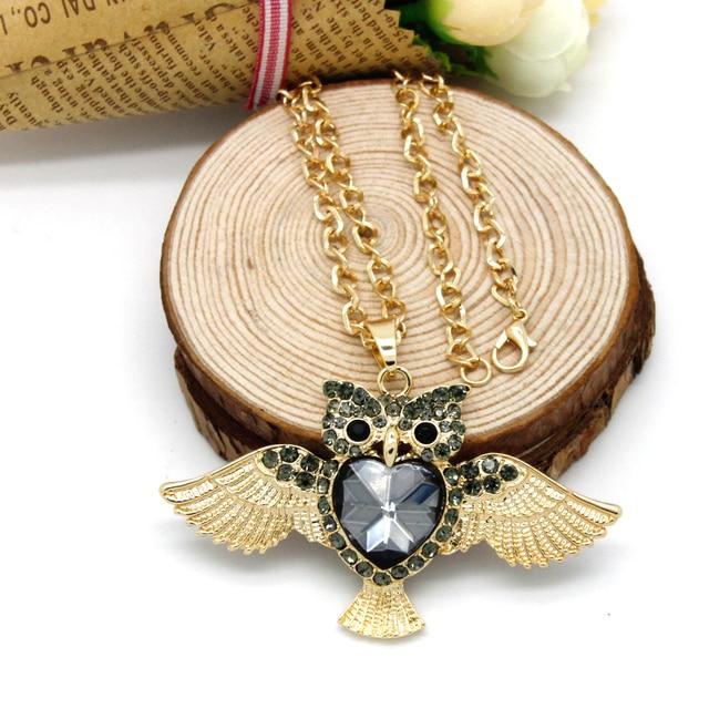7c66b57fa9d0 Moda Colgante Lindo Animal Búho Colgante Collar con Grandes Alas de Oro de  Color Gris Crystal