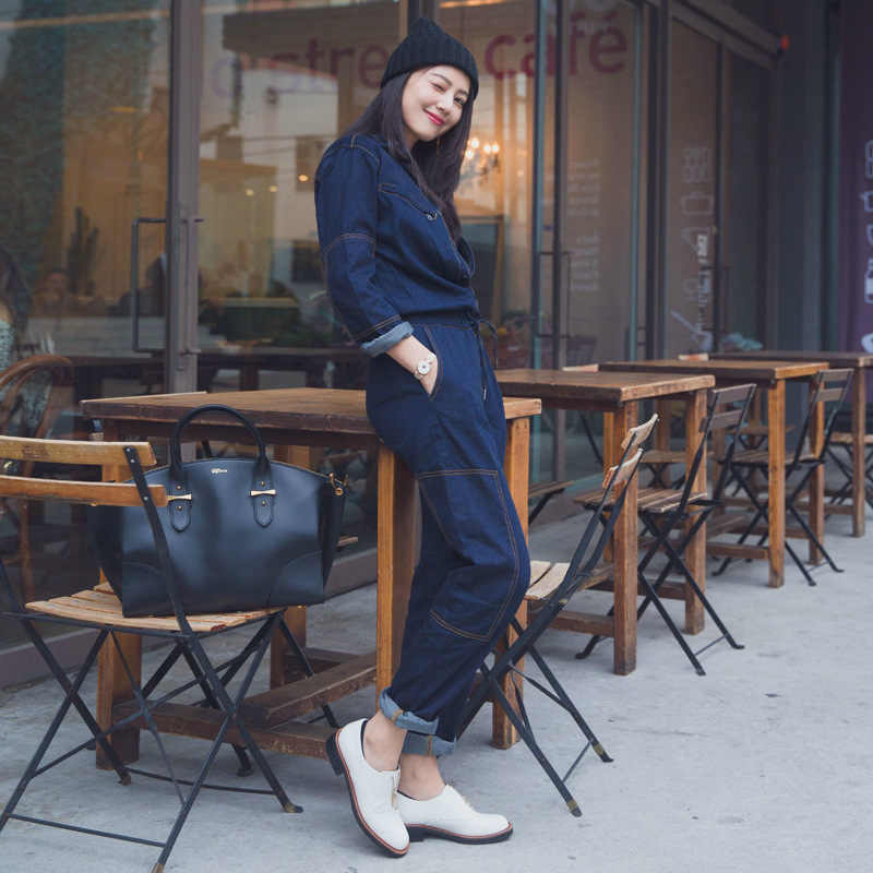 秋の女性の長袖デニムジャンプスーツオーバーオールターンダウン襟ゆるいジーンズロンパース女性ブルーレトロカジュアルなデニムパンツ