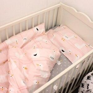 Image 2 - 2pca um conjunto de cama do bebê conjunto berço recém nascido conjunto capa edredão + fronha pato rosa design para o bebê meninas