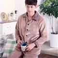 2017 Nueva Primavera de Invierno Mantener Caliente Gruesa de Coral Polar Hombres Conjunto pijama de Dormir Tops y Pantalones Cortos ropa de Dormir de Franela Térmica camisón