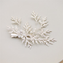 Give the mother a warm fashion pearl headdress. Alloy snowflake shape duckbill clip