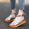 2016 novo estilo Romano sandálias flat-de fundo chato de couro Genuíno das mulheres sapatos de tamanho grande preto, prata Mulheres Sapatos de verão