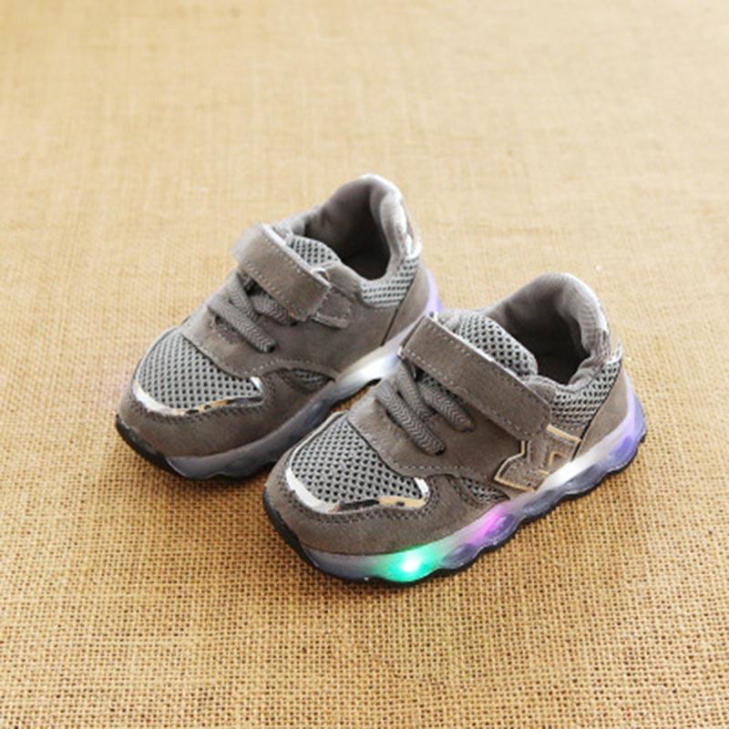 Дети буква М Обувь с легким Демисезонный мальчиков мода привела Спортивная Обувь Детский спортивный бренд свет обувь для девочек EU 21-30 ...