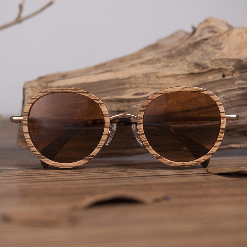 de sol gafas de sol mujer na caixa de madeira