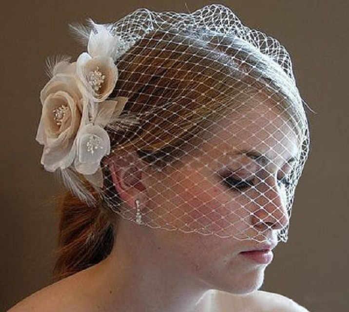 2018 Phụ Nữ Wedding hats Màu Be Handmade Flowers Bridal Đảng Quà Tặng Tulle Feather Tiara sheer tấm màn che Tóc Với Comber