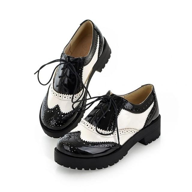 Tamanho 34 - 43 novo 2016 Vintage Black / branco dedo do pé redondo sapato Oxfords de couro Ladies Womens Lace Up plataforma plana Brogue Creepers sapatos