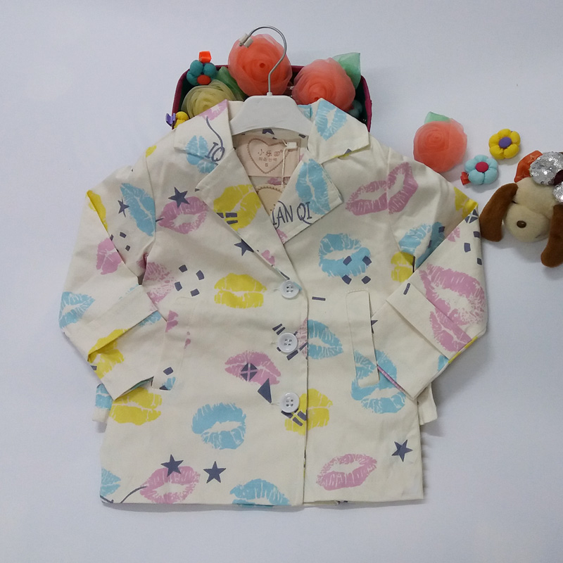 2015 niñas bebé abrigo Otoño Invierno casual chaqueta ropa de algodón  acolchado niños LIP imprimir escuela Outwear 547d12491aff
