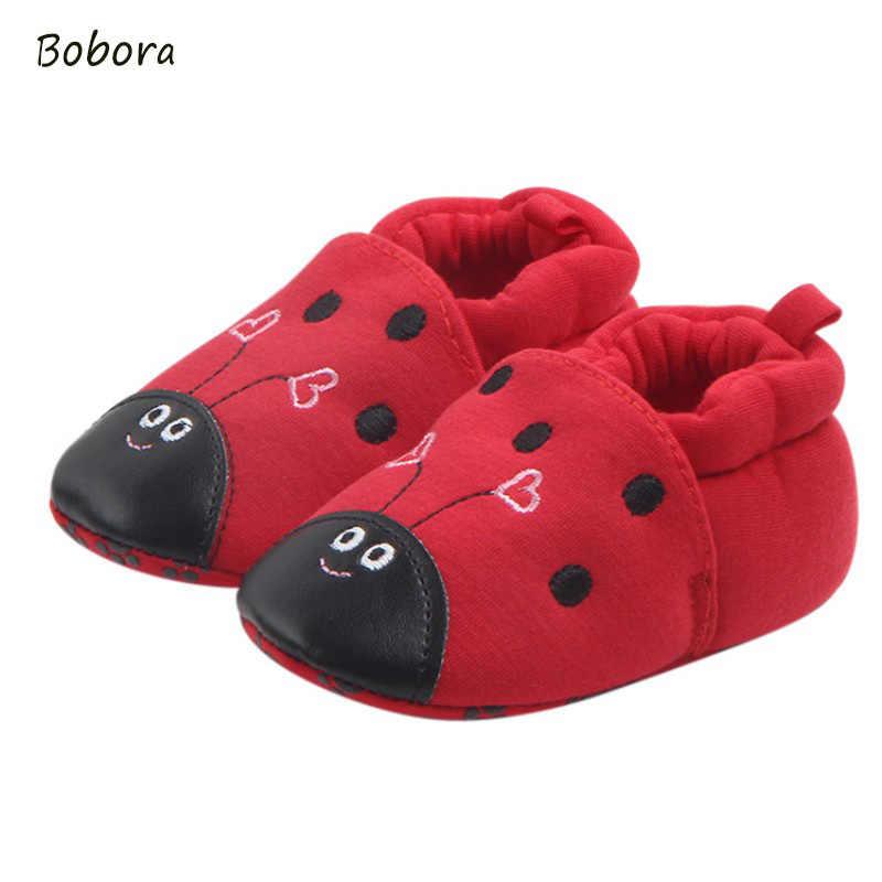 暖かい冬の赤ちゃん赤いカブトムシスタイル靴女の赤ちゃんコットン幼児の靴ない余裕靴ソフト唯一のベビーシューズ
