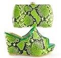 Nuevas Mujeres de La Moda Sandalia Zapatos de Las Cuñas de Zapatos A Juego Y la Bolsa Con Piedras Italiano Zapatos Con Bolso A Juego Set HS16019