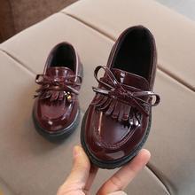 Демисезонный мальчиков плоской подошве детская кожаная обувь одного ребенка лакированные кожаные туфли распродажа обувь для учащихся для мальчиков Вечерние