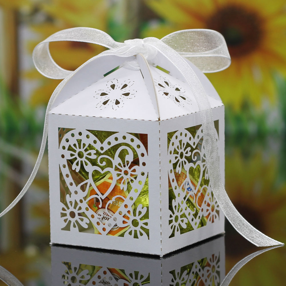 100Pcs Love Heart Laser Cut Hollow Carriage Favors Gifts Candy Boxes With Ribbon Baby Shower Wedding Party Best Gift Box