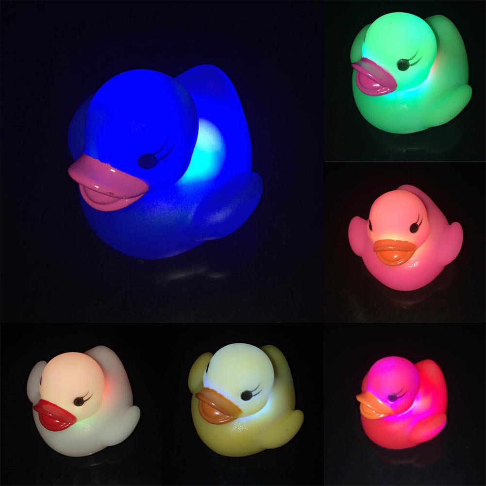 Светодиодный свет напиток плавание в воде дети играть рот мини маленькая Желтая резиновая утка образовательные для детей Детские игрушки для ванной